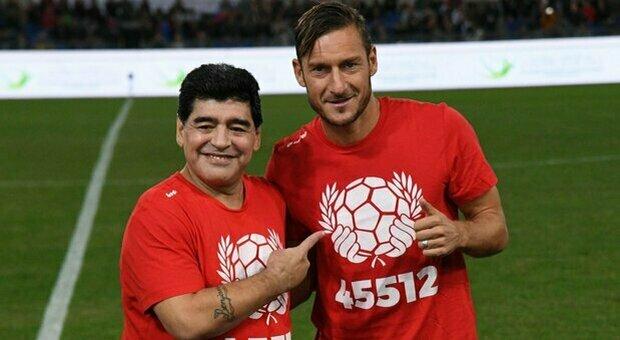Maradona con Totti nella partita del cuore del 12 ottobre 2016