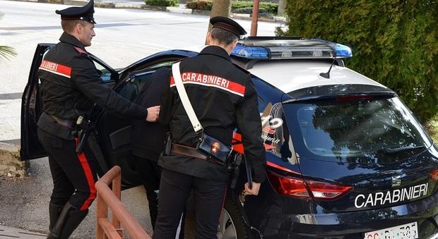 Mosciano, ruba borsa al bar: inseguito e pestato dai clienti I carabinieri lo arrestano, il giudice lo rilascia