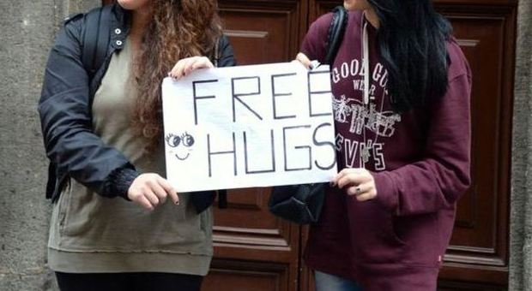 Abbracci gratis per abbattere l'indifferenza