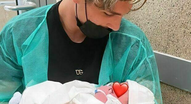 È nato Tommaso, il figlio di Zaniolo e Sara Scaperrotta. Nicolò in ospedale vicino alla neo mamma