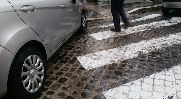 Dipingere Strisce Parcheggio : Roma il parcheggio è selvaggio e le strisce pedonali vengono