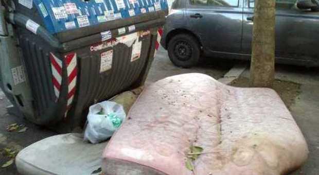 Racket dei materassi, le aziende ingaggiano i rom per lo smaltimento