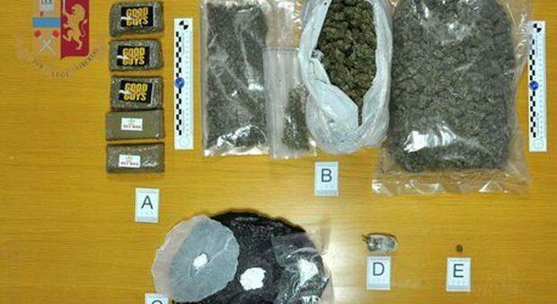 Roma, nasconde droga sotto al sedile dell'auto: arrestato con 15 confezioni di cocaina