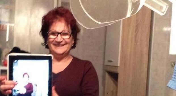 La signora Daniela Di Martino con l'Ipad ritrovato