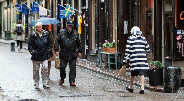 Covid, in Svezia nuovo record di contagi: nel Paese senza lockdown il tasso di decessi più alto del Nord Europa