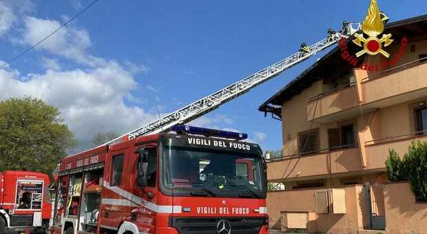 In fiamme il tetto di una casa a Pianella, paura nelle abitazioni vicine