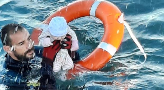 Ceuta, 8mila migranti marocchini entrano in Spagna a nuoto: Madrid schiera l'esercito. Bambini salvati in mare aperto