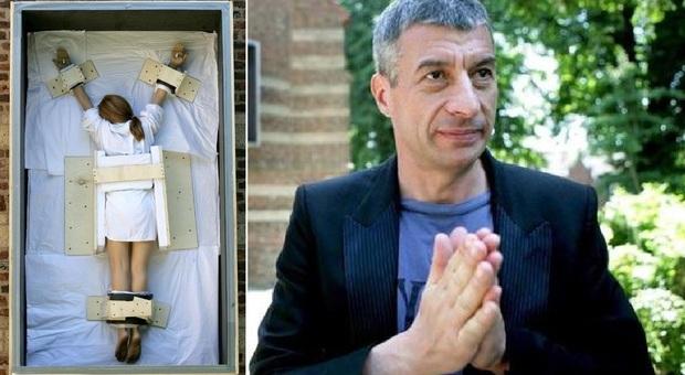 Una crocifissione femminile all'asta: Maurizio Cattelan torna a far discutere
