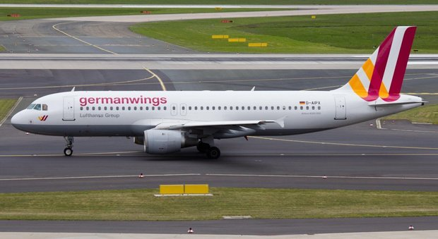 Tragedia Germanwings, il padre di Lubitz: «Non fu suicidio». I familiari delle vittime s'infuriano