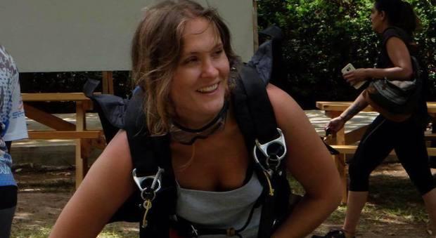 Non si apre il paracadute, base jumper precipita per 200 metri e muore sotto gli occhi del marito