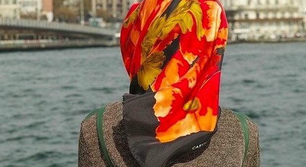 Una donna con hijab