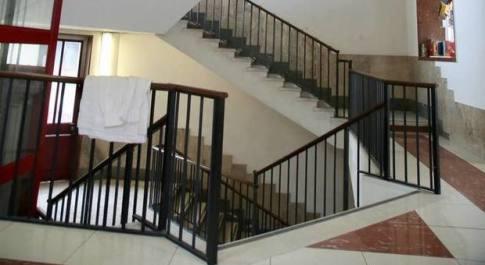 Bimbo cade dalle scale a scuola, avrebbe usato una sedia per scavalcare: è in rianimazione