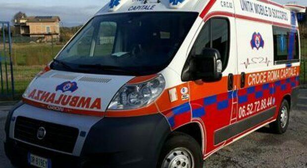 Eroe per caso: poliziotto fuori servizio rianima straniero colpito da infarto. Gli applausi della gente