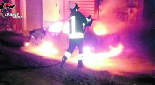 I vigili del fuoco intervengono per un incendio doloso