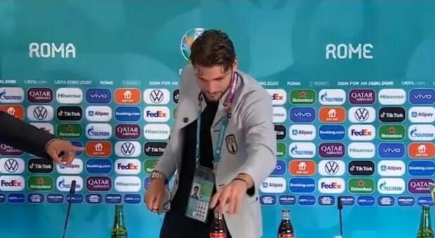Locatelli e lo sfottò a Cristiano Ronaldo: l'attaccante sposta la Coca-Cola, ma il siparietto è tutto da ridere