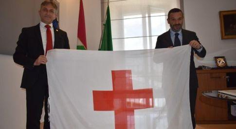 Il presidente della Croce rossa dona la bandiera a Lorenzo Sospiri