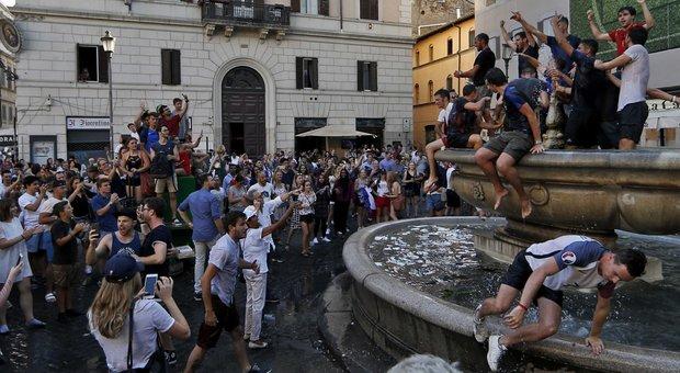 Sfregio a Roma, francesi si tuffano in fontana Campo de' fiori