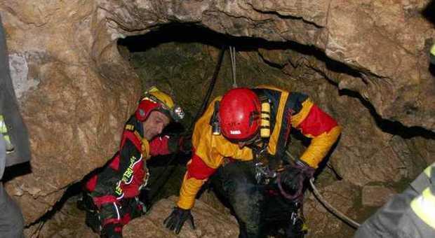 Allarme per una giovane speleologa ferita nella grotta del Monte Cucco