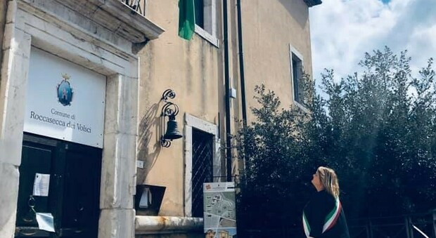 Il Sindaco di Roccasecca Barbara Petroni rende omaggio al Palazzo Massimo, sede ora del Municipio.
