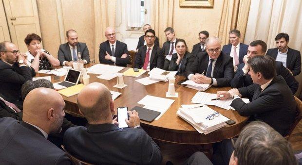 Manovra, urla al summit: Renzi scatena l'ira Pd. E Grillo stoppa Di Maio