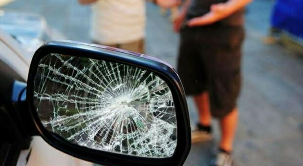 Derubavano gli automobilisti con il trucco dello specchietto rotto