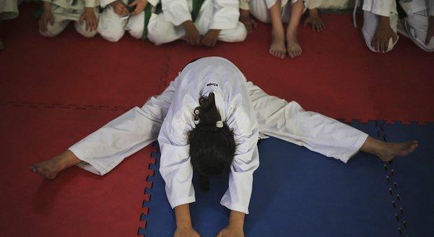 Roma, gli sms proibiti del maestro di karate alla 14enne, l'uomo si difende: «Non posso fare a meno di lei»