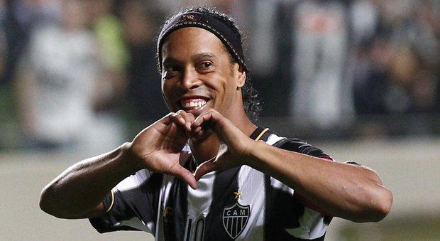 Ronaldinho si ritira e lascia il calcio: la partita d'addio dopo i Mondiali