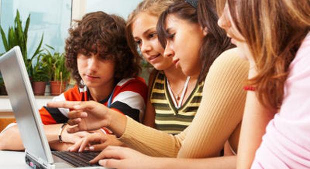 """Sesso, il web nuovo """"padre"""" degli adolescenti"""