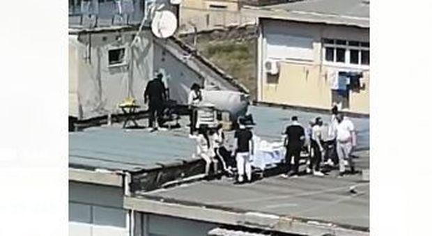 Coronavirus Palermo, festa e grigliata sul terrazzo condominiale: arriva l'elicottero della polizia ed è fuggi fuggi