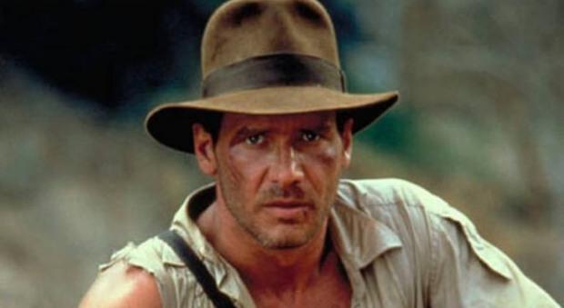 Harrison Ford indossa il celebre cappello di Indiana Jones