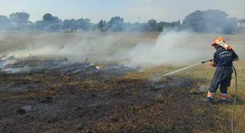 Incendi estivi, anche oggi in città sterpaglie in fumo