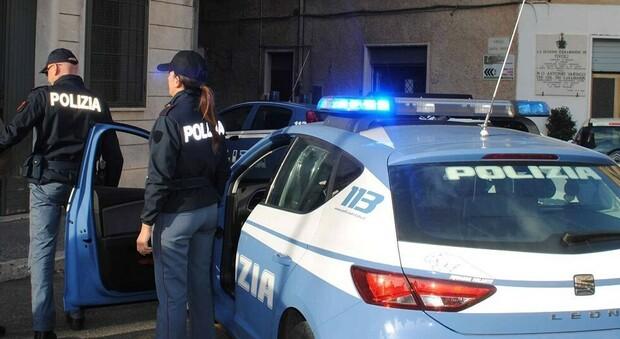 Foto hard sul profilo Fb dell'ex compagno, ore a suonare il campanello sotto casa del fidanzato che lo aveva mollato e botte ai poliziotti: arrestato uomo di 32 anni per stalking