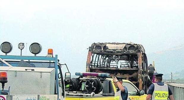 Bus prende fuoco sulla A24, a bordo 38 persone che tornavano a Roma