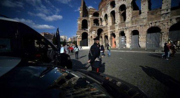 Roma, incide iniziali sul Colosseo: denunciato 22enne turista libanese