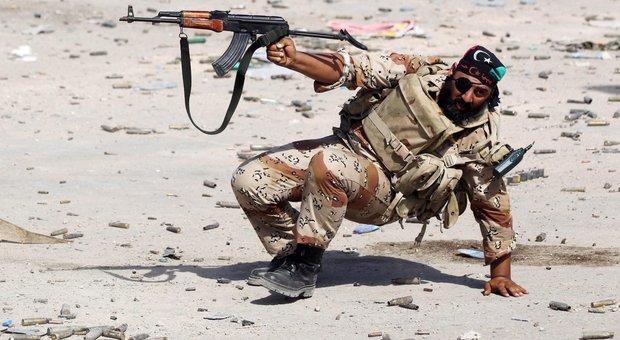 Libia, Ue pronta al blocco navale. La Farnesina: navi di Sophia per fermare gli arrivi di armi