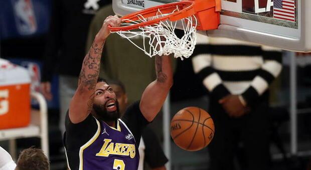 NBA, Denver batte i Lakers e Davis si infortuna. Doncic e Giannis super ma Dallas e i Bucks vanno ko