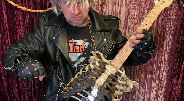 Stati Uniti, fabbrica una chitarra elettrica con le ossa dello zio morto: «Ora vivrà per sempre»