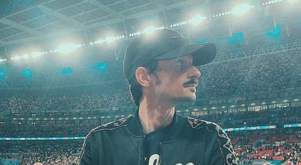 """Rovazzi si """"traveste"""" da tifoso inglese a Wembley: «Avete fischiato all'inno? Vi meritate il cielo nero!»"""