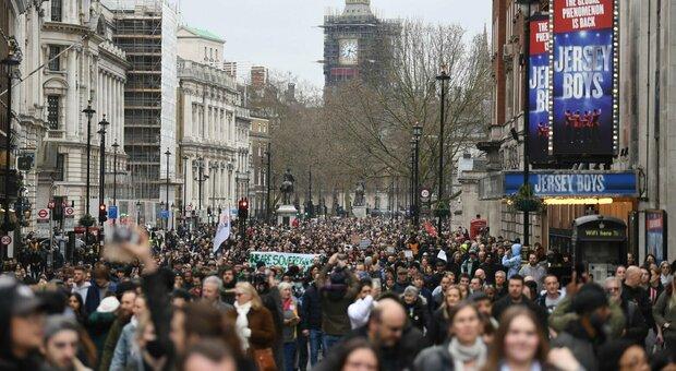 Gran Bretagna, 17 morti, 5.342 casi e 28 milioni di prime dosi. In Germania prolungato il lockdown