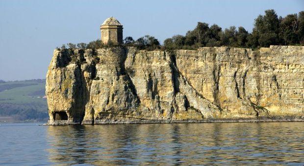 Una veduta dell'isola Bisentina sul lago di Bolsena