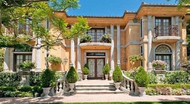 Charlie Sheen mette in vendita la villa dei party selvaggi di Beverly Hills