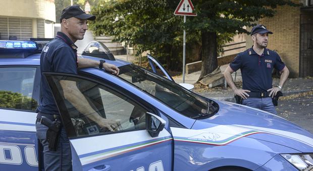 Blitz anti droga in Corso Garibaldi a Perugia: per sfuggire alla polizia ingoia la droga e viene arrestato