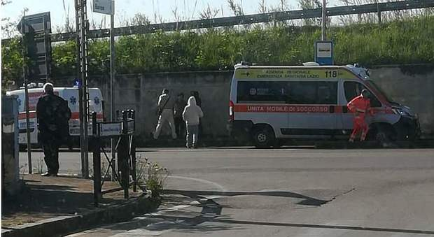 Choc anafilattico mentre taglia l'erba del giardino: 74enne muore in ospedale, disposta autopsia