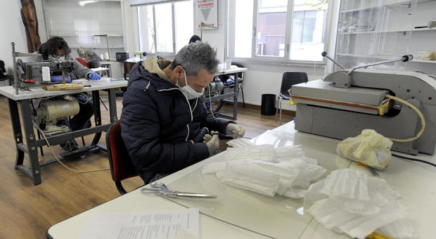 Coronavirus, caos mascherine: perché la produzione interna non è all'altezza