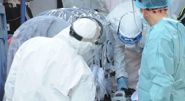 Operatori sanitari durante il trasferimento di un paziente Covid-19