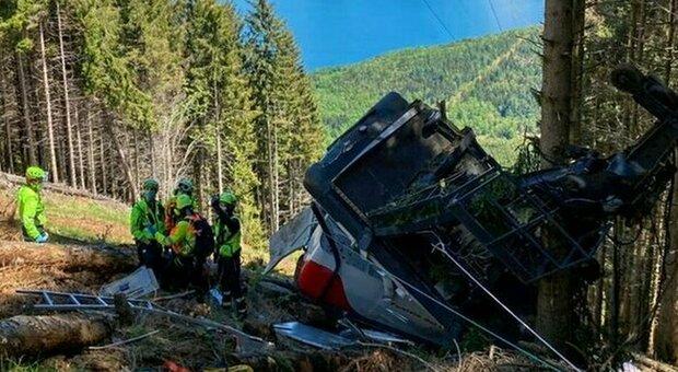 Vigili del fuoco e soccorso alpino sul luogo dell'incidente dove è precipitata la funivia