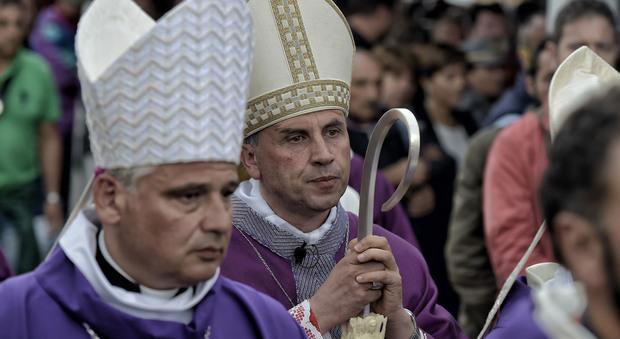Terremoto, il vescovo: «In inverno non lasciamoli soli. Prendiamo un caffè con loro»