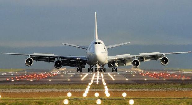 Coronavirus, a Brindisi aereo bloccato per il malore di un passeggero: era un infarto
