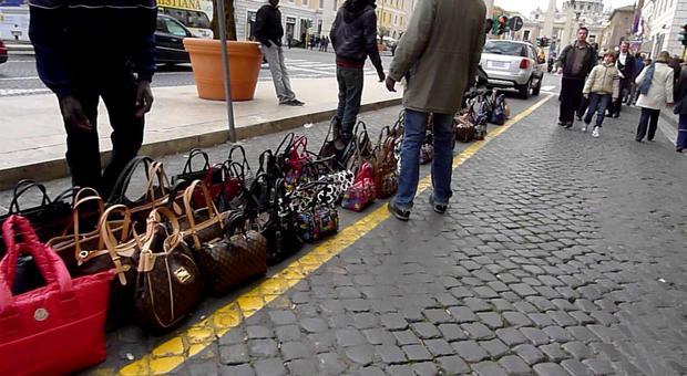 Roma, borse false, cellulari e power bank contraffatti: sanzioni e sequestri nel Centro Storico