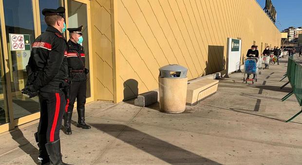 Palermo, carabinieri presidiano l'ingresso di un supermercato